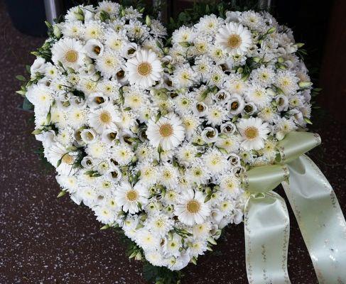 Claudias-Blumenzauber-Trauerfloristik-Trauerkraenze-Florist-Tirol3